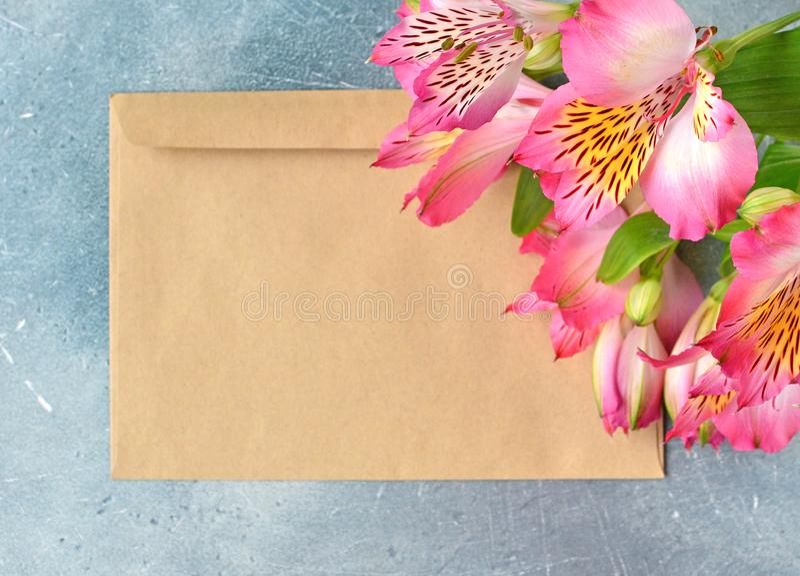 Postenvelop met bloemenachtergrond royalty-vrije stock foto's