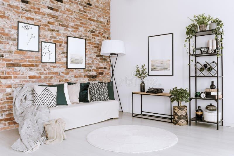 Poster im hellen Wohnzimmer stockbilder