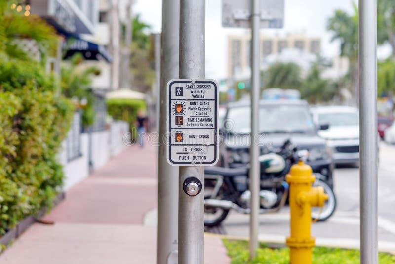 Poster met instructies voor voetgangers over het oversteken van de weg stock foto's
