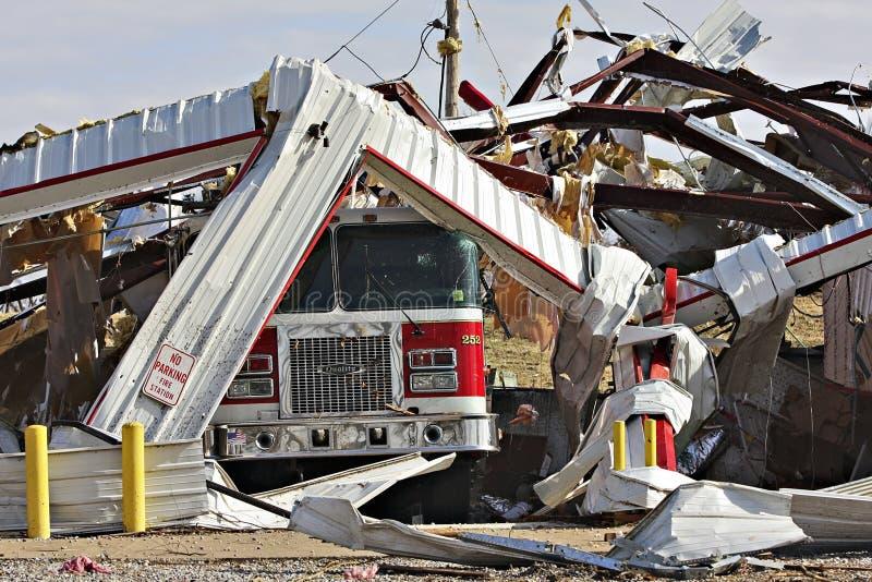 Posterunek Straży Pożarnej, przewozi samochodem zniszczonego tornadem fotografia royalty free