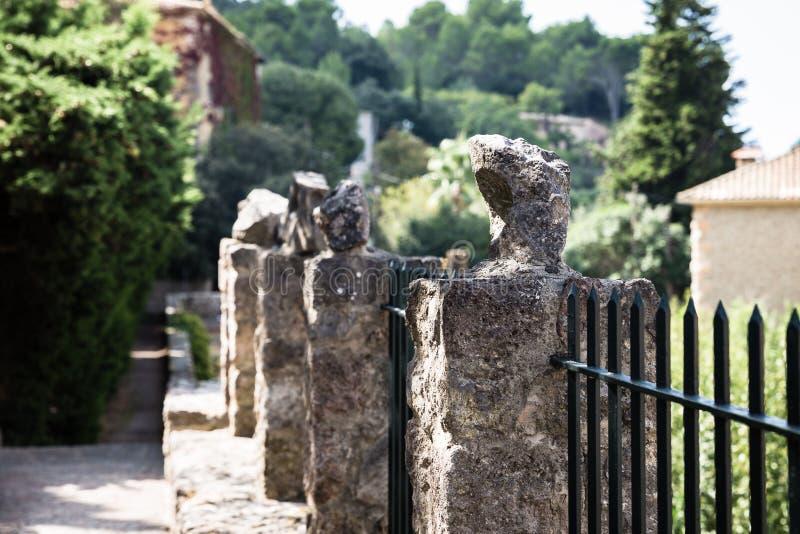Postes concretos con las piedras en los extremos fotos de archivo