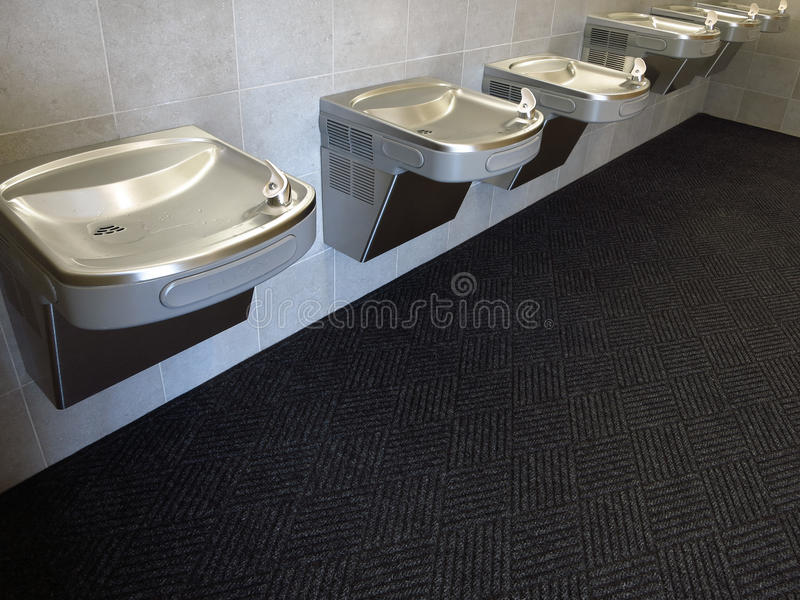 Postes d'eau potable dans le bâtiment moderne photos stock