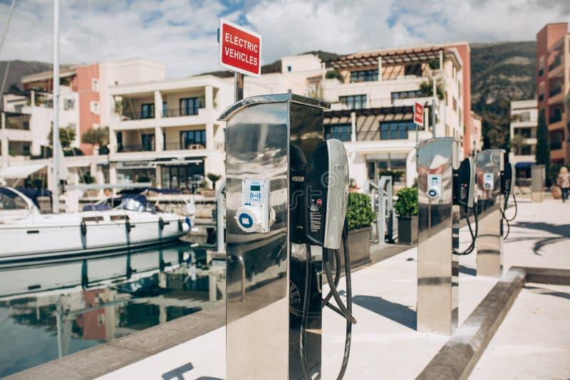Postes d'essence électriques modernes de Tesla image stock
