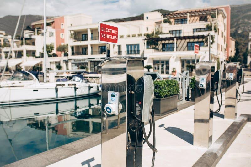 Postes d'essence ?lectriques modernes de Tesla photo libre de droits