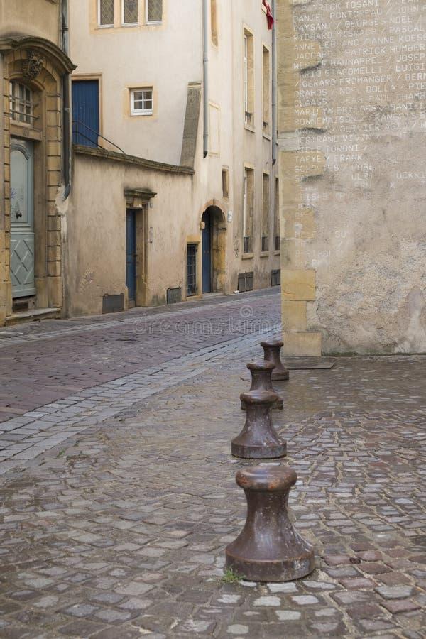 Postes de amarração do metal em uma rua de pedra cobbled foto de stock royalty free