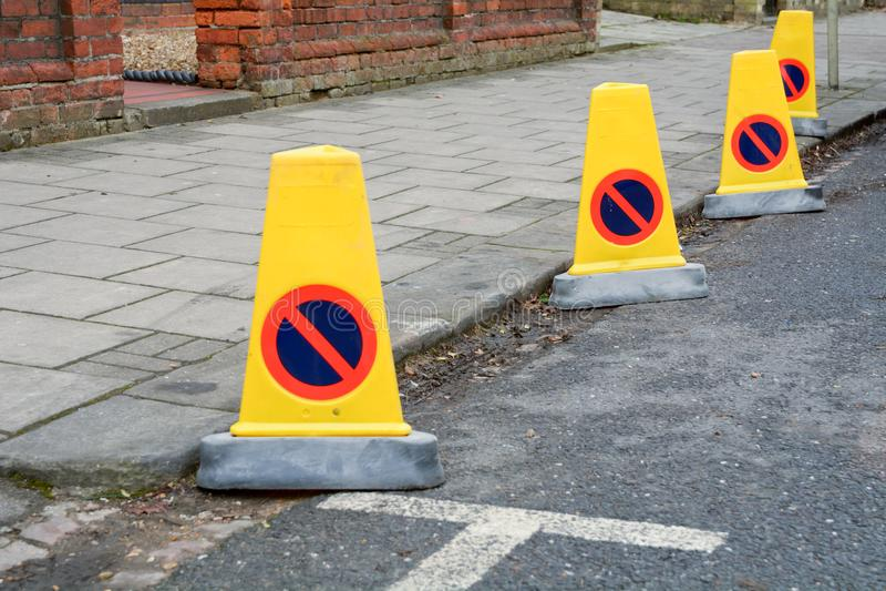 Postes de amarração plásticos amarelos da polícia na borda da estrada fotos de stock royalty free