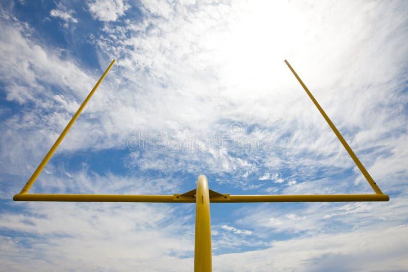 Postes do futebol - o branco whispy nubla-se o céu azul fotografia de stock royalty free