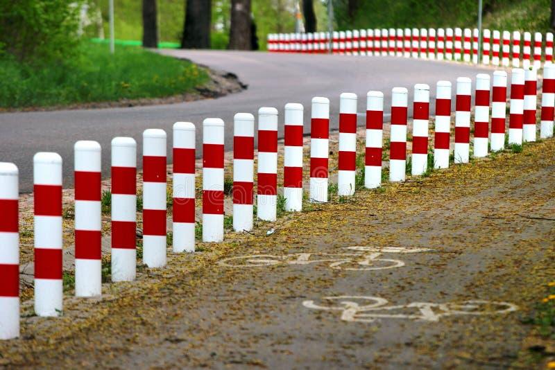 Postes rojos y blancos rayados de la seguridad del borde de la carretera fotografía de archivo