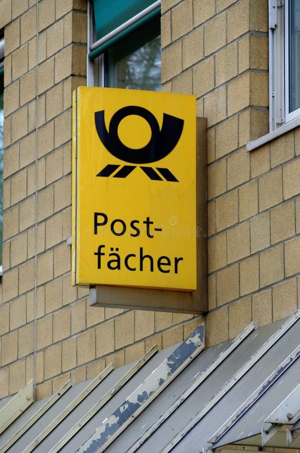 Postfächer de anúncio de néon Deutsche Post AG fotos de stock royalty free