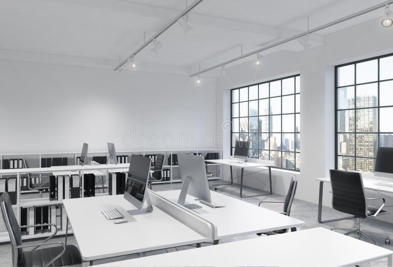 Posti di lavoro in un ufficio moderno luminoso dello spazio aperto del sottotetto Le Tabelle sono fornite di computer moderni; sc illustrazione di stock