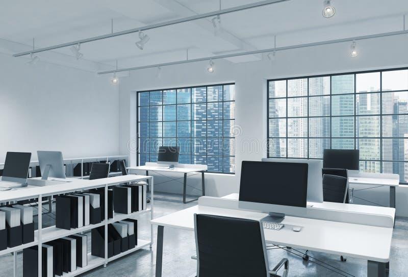Posti di lavoro in un ufficio moderno luminoso dello spazio aperto del sottotetto Le Tabelle sono fornite di computer moderni; sc illustrazione vettoriale