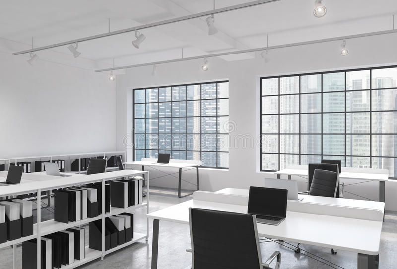 Posti di lavoro in un ufficio moderno luminoso dello spazio aperto del sottotetto Tabelle fornite di computer portatili; gli scaf illustrazione di stock