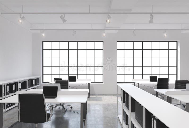 Posti di lavoro in un ufficio moderno luminoso dello spazio aperto del sottotetto Tabelle fornite di computer portatili; gli scaf illustrazione vettoriale