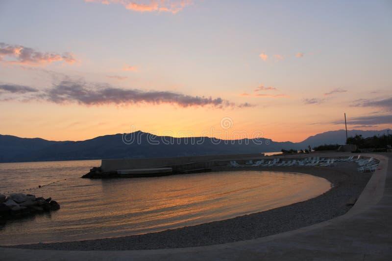 POSTIRA, CROAZIA - 22 LUGLIO 2018: Tramonto a bella vista sul mare naturale sulla costa di mare adriatica durante l'estate Sera i fotografia stock