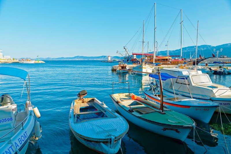 POSTIRA, KROATIEN - 14. JULI 2017: Schöne Ansicht über viele Boote festgemacht im Hafen der Stadt Postira - Kroatien, Brac-Insel lizenzfreie stockbilder