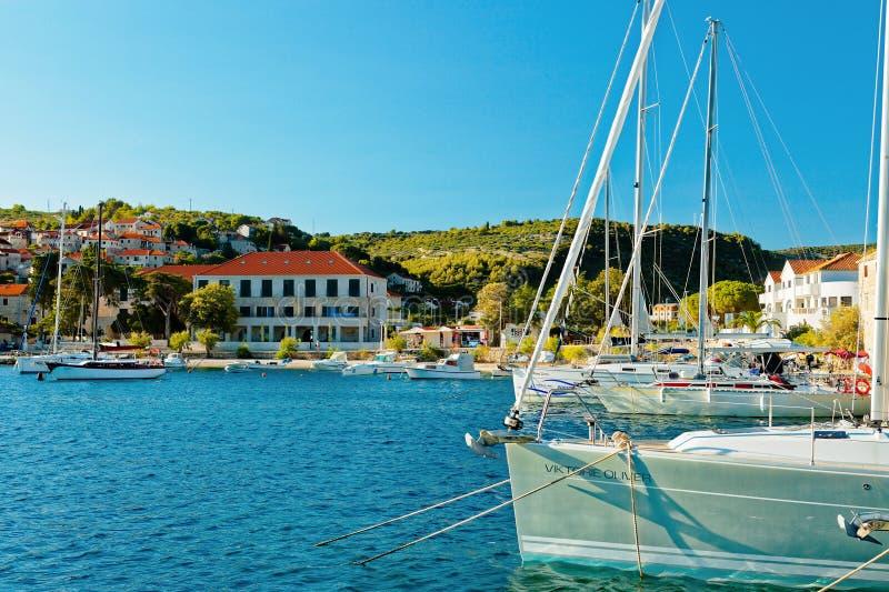 POSTIRA, KROATIEN - 14. JULI 2017: Schöne Ansicht über viele von festgemacht im Hafen der Stadt Postira - Kroatien, Brac-Insel stockfotos