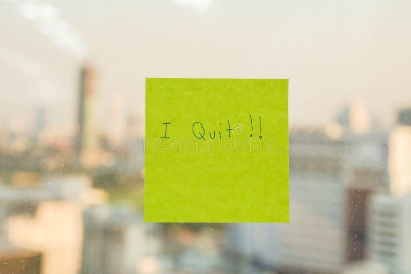 Postit με εγκατέλειψα το μήνυμα στο παράθυρο γραφείων στοκ εικόνες