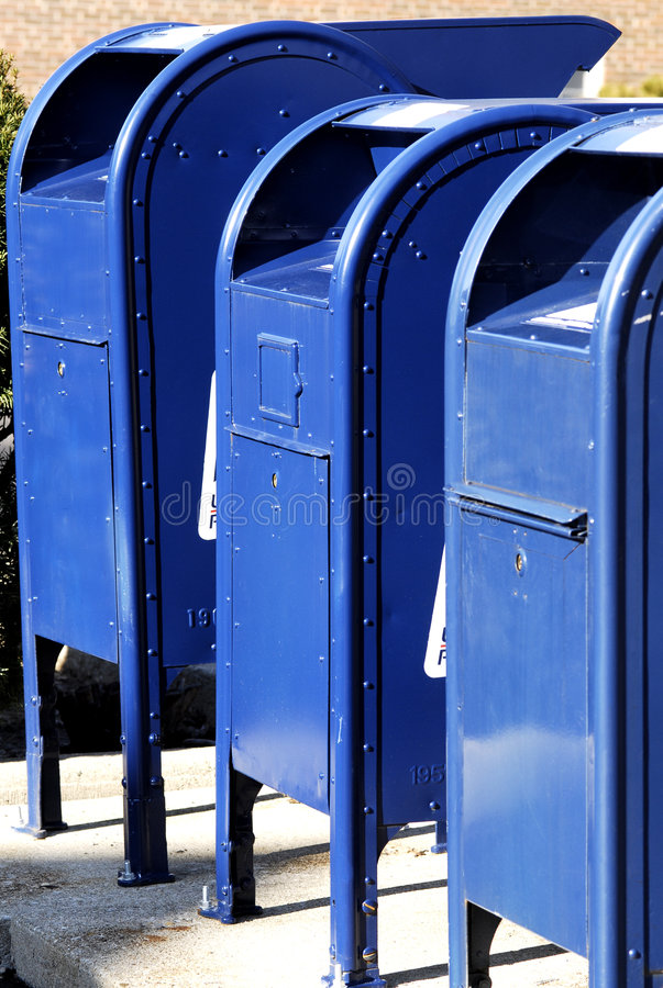 Postkästen in einer Reihe stockbilder