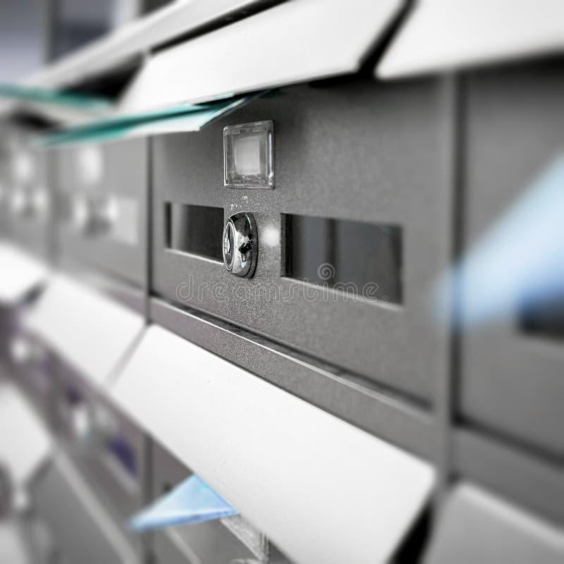 Postkästen gefüllt von den Broschüren und von den Buchstaben lizenzfreie stockfotos