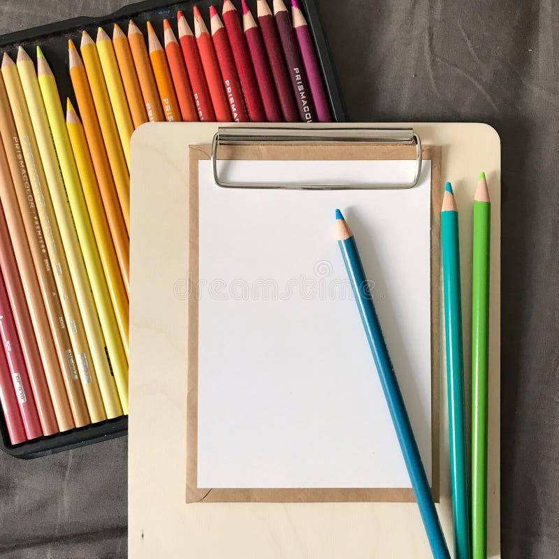 Postkarte mit Umschlag und Stiften in der Zwischenablage stockfotos