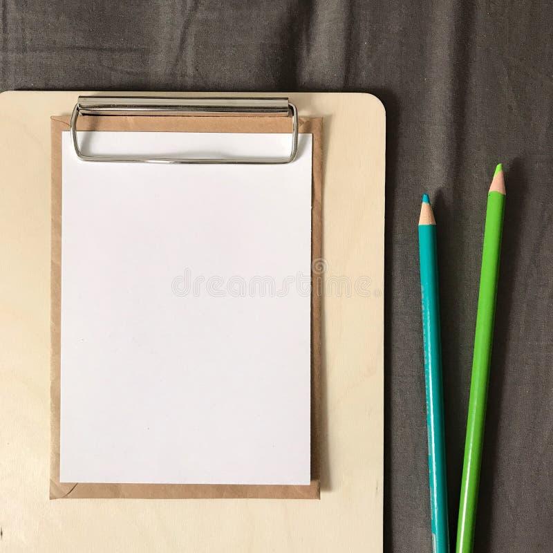 Postkarte mit Umschlag und Stiften in der Zwischenablage stockfoto