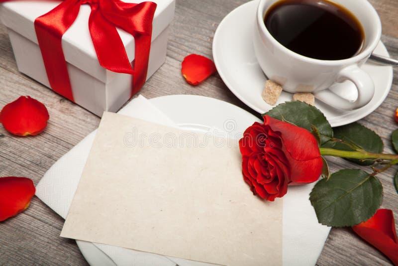 Postkartenfreier raum, Tasse Kaffee und Rotrose lizenzfreie stockfotos