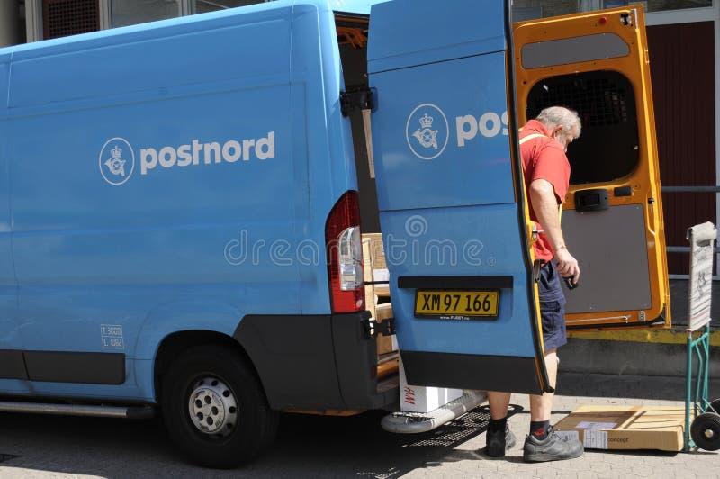 POSTNORD DORĘCZENIOWY VAN I mężczyzna zdjęcie stock