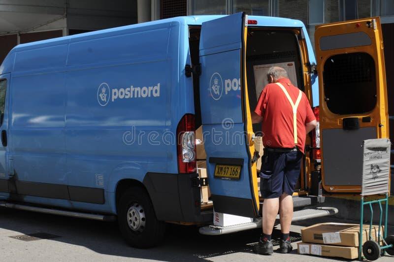 POSTNORD DORĘCZENIOWY VAN I mężczyzna fotografia stock