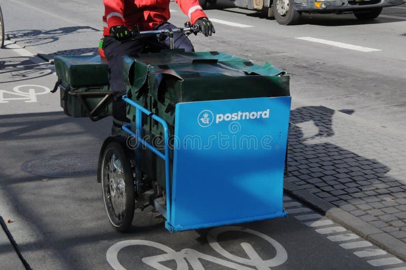 POSTNORD dostawy TRZY koła rower zdjęcia royalty free