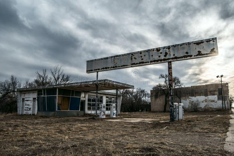 Posto de gasolina abandonado, de desintegração na cidade fantasma imagens de stock royalty free