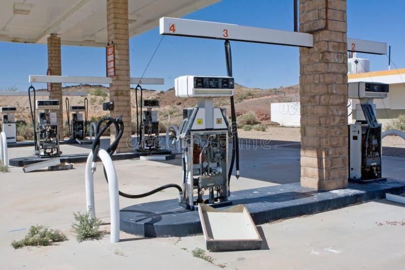 Posto de gasolina abandonado velho no deserto fotografia de stock royalty free
