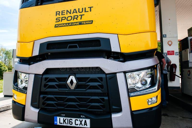 Posto de gasolina amarelo da equipe da f?rmula 1 do caminh?o de Renault T520 fotos de stock