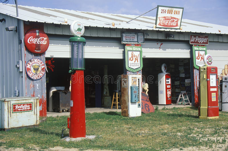 Posto de gasolina antigo fotos de stock