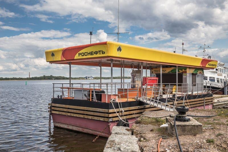 Posto de gasolina de RosNeft para barcos no forte Constantim, Kronshtadt, Rússia imagem de stock royalty free