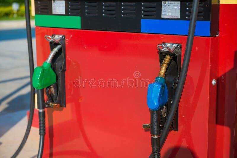Posto de gasolina do vintage no campo imagens de stock