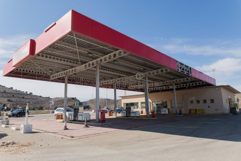 Posto de gasolina espanhol do serviço no calor do verão fotografia de stock