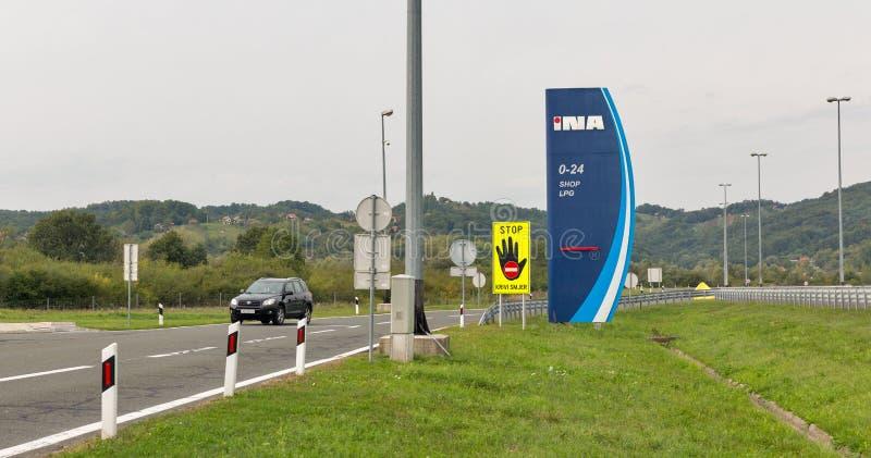 Posto de gasolina de INA em Novi Marof, Croácia foto de stock royalty free