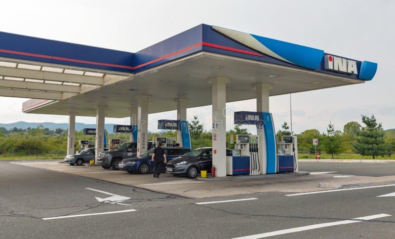 Posto de gasolina de INA em Novi Marof, Croácia imagens de stock