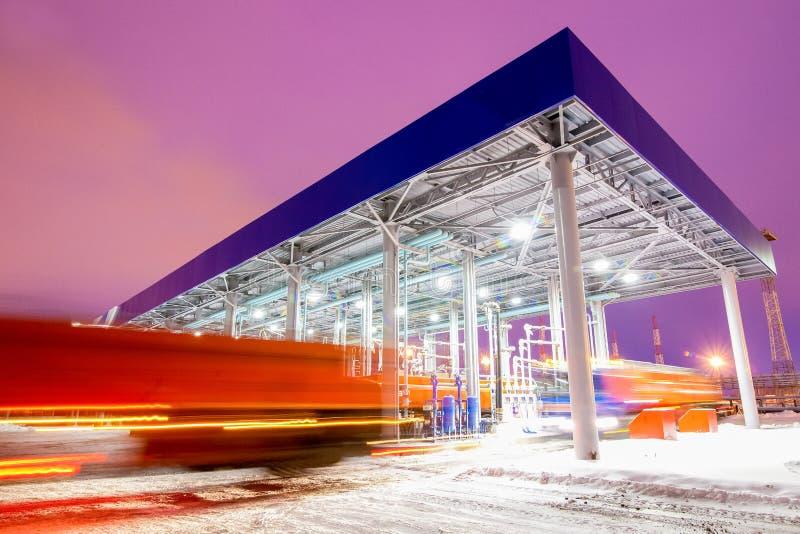 Posto de gasolina na noite da fábrica da refinaria de petróleo foto de stock