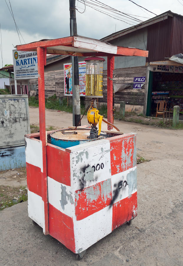 Posto de gasolina na rua Dumai indonésia fotos de stock royalty free