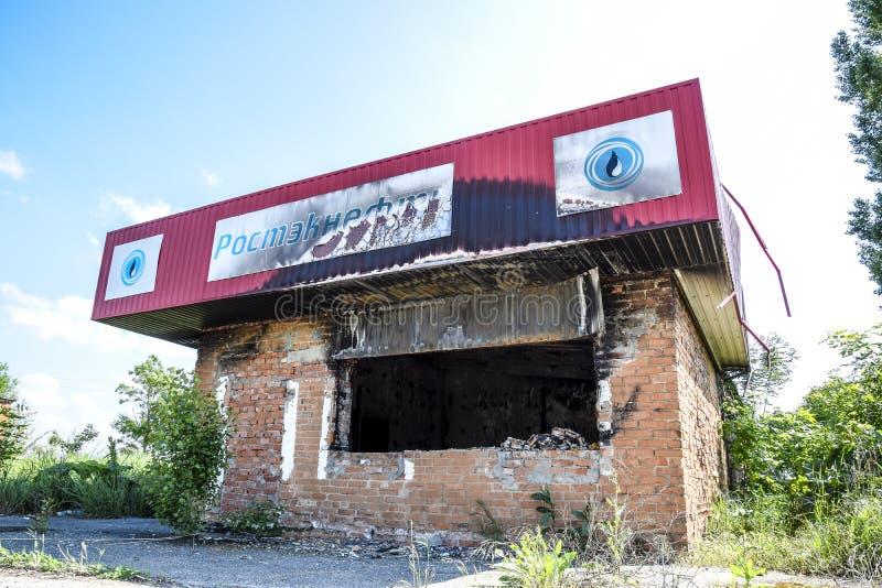 Posto de gasolina queimado Ruínas no lugar de um posto de gasolina queimado imagens de stock royalty free