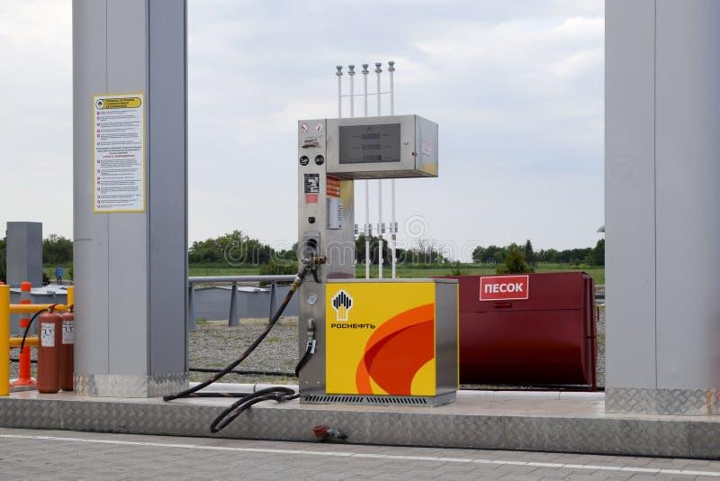 Posto de gasolina de Rosneft na estrada suburbana imagem de stock