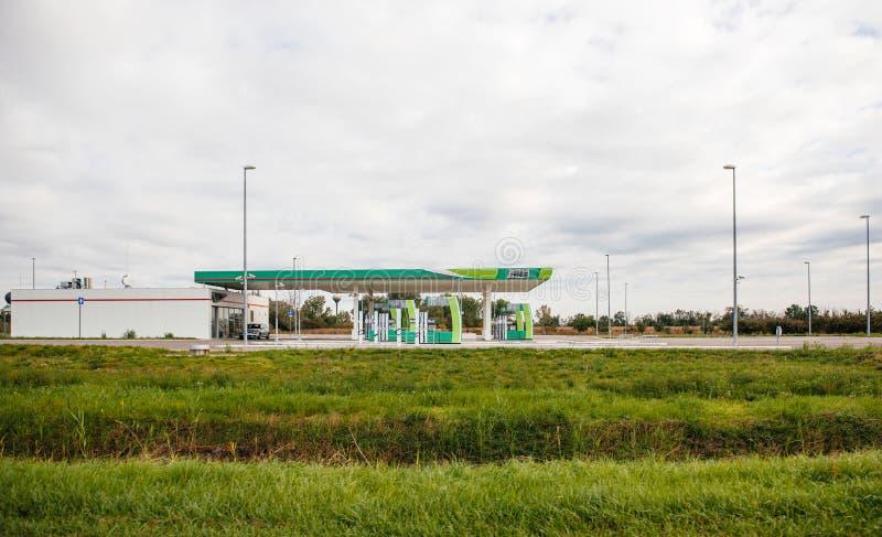 Posto de gasolina vazio moderno novo com bombas fechados fotos de stock