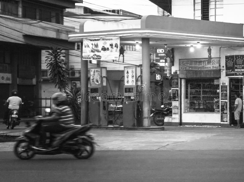 Posto de gasolina velho na rua de Guerrero - Monteverde na cidade de davao, Filipinas imagens de stock royalty free