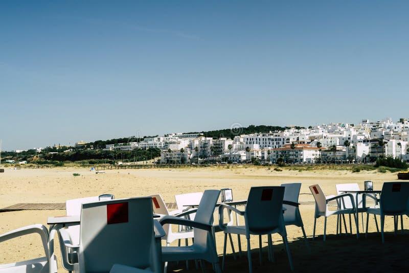 Posto del caff? con le sedie bianche e tavola in una cittadina in spagna del sud, alla spiaggia del Mediterraneo fotografie stock libere da diritti