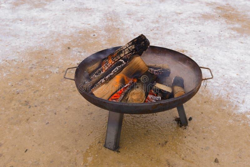 Posto del fuoco con legno bruciante fotografia stock libera da diritti