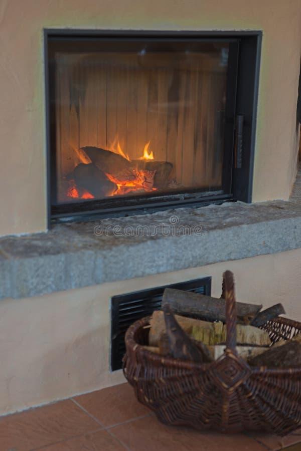 Posto del fuoco in salone fotografie stock