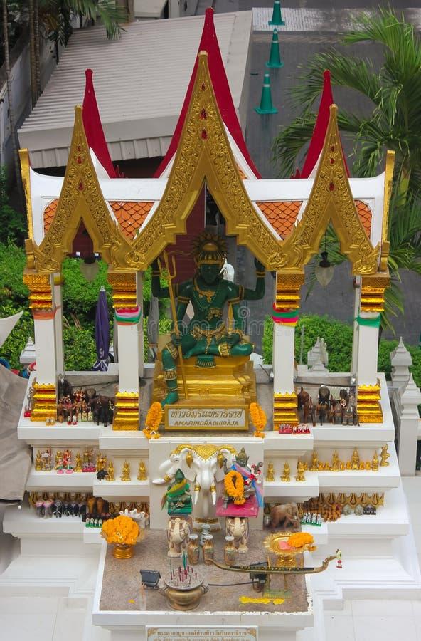 Posto del santuario di Amarindradhiraja in cui la gente prega e fa le offerti nella città di Bangkok, Tailandia fotografie stock libere da diritti