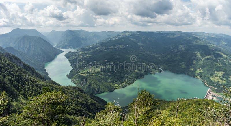 Posto di Banjska Stena sul fiume di Drina, lago Perucac, montagne, immagini stock