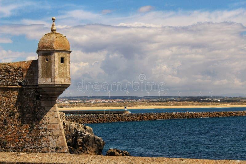 Download Posto Di Guardia Della Fortezza Sulla Spiaggia Nel Villaggio Di Peniche Immagine Stock - Immagine di antico, architettura: 117976269